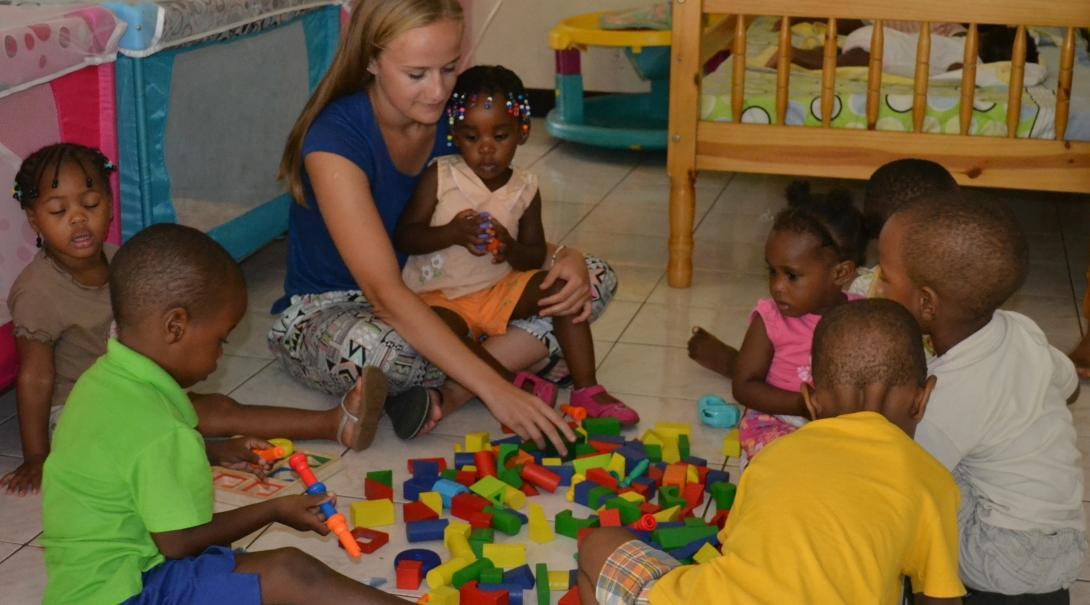 Under the guidance of Projects Abroad volunteers working with children in Jamaica, a group of kids play with building blocks at a daycare centre.